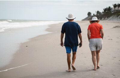 terza età passeggiata in spiaggia