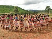 Kendoguda, gruppo di ragazze improvvisano una 'densa', danza