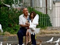 Armenia, bambina gioca con le colombe (ph. Mario Negri © Mondointasca.it)