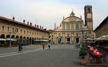 Vigevano Piazza-Ducale con il Duomo