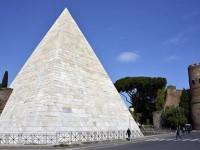 Roma, la Piramide Cestia torna bianca come duemila anni fa