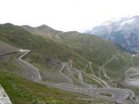 In auto sui passi alpini della Lombardia