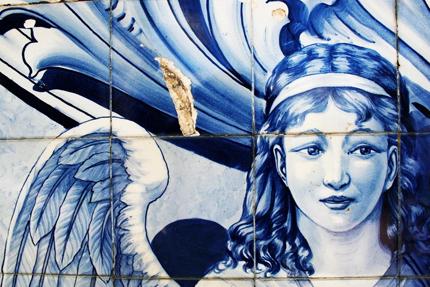 Lisbona, un Azulejo con la faccia d'angelo