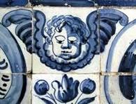 Azulejo Un altro angioletto disegnato sulle caratteristiche piastrelle bianco azzurre