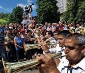 In Serbia, scintillar d'ottoni
