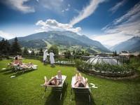 Sullo sfondo dell'Alta Valtellina