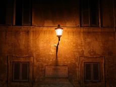 Fantasmi La luce di un lampione che illumina piazza di Santa Maria in Trastevere