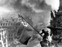 Le foto delle bandiere sul Reichstag in mostra a Berlino