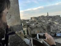 Dario Franceschini a Matera mentre fotografa i sassi