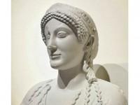Primo piano della statua di Persefone