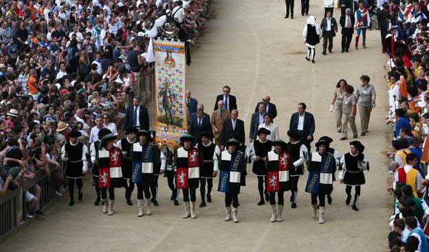 Siena espone i costumi del corteo storico