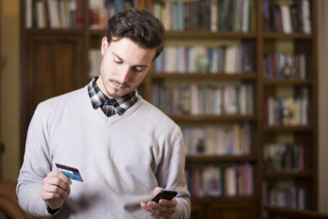 Consumi, aumentano gli acquisti da smartphone