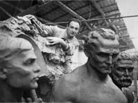 Giannino Castiglioni nel suo atelier, circondato da bozzetti di figure maschili per il ciclo di Montevideo