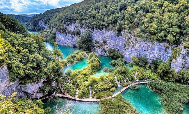 Veduta dall'alto dei laghi nel Parco naturale di Plitvice