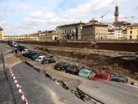 La voragine che ha inghiottito le auto a Lungarno Torrigiani a Firenze