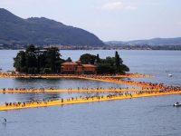 La passerella sul lago di Iseo affollatissima di turisti curiosi