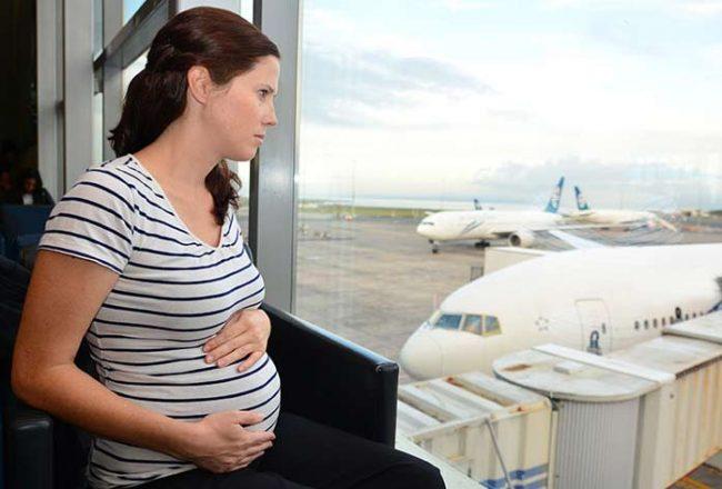 Volare in gravidanza: come si comportano le compagnie aeree