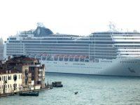 Nave da crociera nella laguna di Venezia