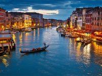 Troppi turisti a Venezia. Il sagrato di Milano diventa un palmeto