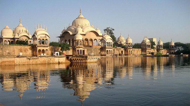 Il ghat Kusuma Sarovar, uno dei pochi ancora con l'acqua
