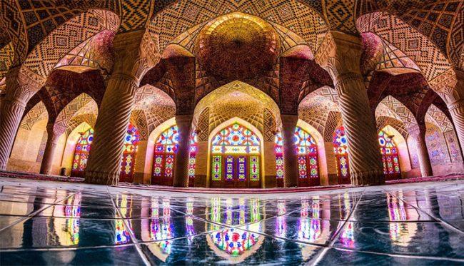 Moschea di Nasir ol Molk a Shiraz, anche nota come moschea rosa, è un luogo di culto islamico.