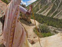 Donna fa trekking per raggiungere le sorgenti del Gange (foto: Aldo Pavan © Mondointasca)