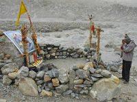 Preghiera presso le sorgenti del Gange (foto: Aldo Pavan © Mondointasca)