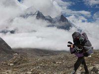 Portatore percorre il ghiacciaio Gangotri (foto: Aldo Pavan © Mondointasca)