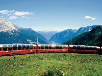 Il Trenino Rosso del Bernina e sullo sfondo le Alpi