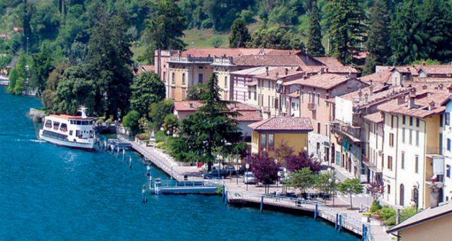 Riva di Solto in provincia di Bergamo si affaccia sul lago d'Iseo