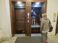 """Ascensore Paternoster in Jungmannova 35 a Nové Město, ha la particolarità che le cabine sono aperte con movimento continuo a velocità costante, da prendere """"al volo"""" (Ph: Emilio Dati © Mondointasca)"""