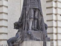 Nuovo Palazzo Comunale, Mariánské nám. 2/2 a Staré Město. Statua in acciaio del Cavaliere senza Volto (Ph: Emilio Dati © Mondointasca)