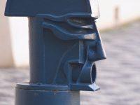 Chiesa di S. Nicola circondata da figure stilizzate in ferro somiglianti a volti umani. In ricordo dei condannati a morte. Nell'area veniva innalzato il patibolo (Ph: Emilio Dati © Mondointasca)