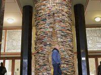 Installazione Idiom formata da 8000 libri presso la Biblioteca comunale (Ph: Emilio Dati © Mondointasca)