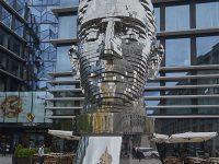 """""""Metamorfosi"""" monumento a Kafka di David Černý, composto da 42 piastre di metallo girevoli. La scultura è alta 10 metri e pesa 39 tonnellate (2014) (Ph: Emilio Dati © Mondointasca)"""