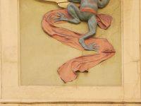 Una delle due sculture di rane dalla corona d'oro e dalla sciarpa di lino rosso, un riferimento alla leggenda slava del Re Ranocchio, secondo la quale la corona magica poteva essere rubata alla rana quando la deponeva a terra su una sciarpa rossa prima di entrare in acqua. Il ladro poteva raccoglierla così senza pericoli, a patto però che non si voltasse indietro. (Ph: Emilio Dati © Mondointasca)