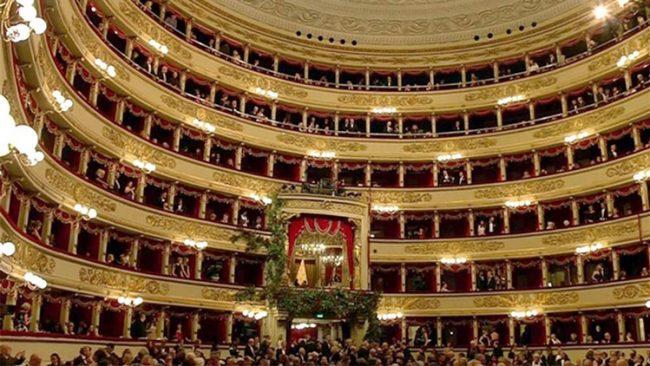 Rituale sfilata di Vip alla serata della Prima alla Scala