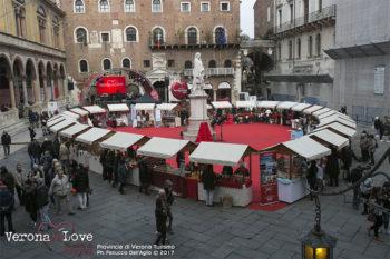 Verona in love piazza con le bancarelle formano un cuore