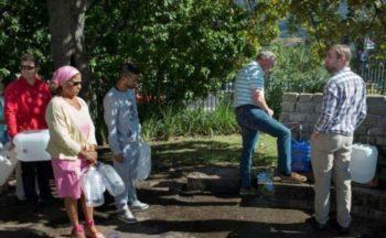 Cape Town persone in-fila-per-l'acqua