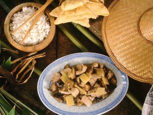 Maiale con bambù e funghi