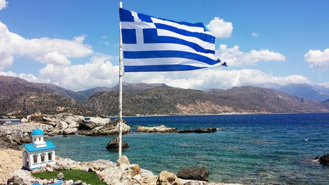 Scorcio di Palaiohora, in primo piano la bandiera greca (ph C. Guerriero © Mondointasca.it)