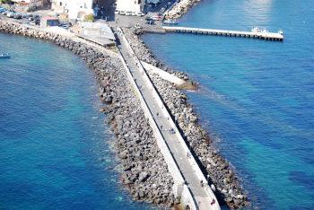 Ischia-Ponte-la-scogliera-e-la-strada-che-porta-al-castello