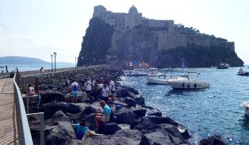 Ischia-Ponte-scogliera-castello-Aragonese