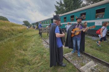 Parco della Sila Treno-della-Sila-fermata-tecnica-per-rifornimento-d'acqua-accompagnamento-di-musica-popolare