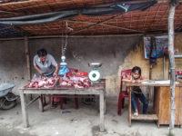 Vendita di carne al mercato (Ph: Donatella Penati M.© Mondointasca.it)