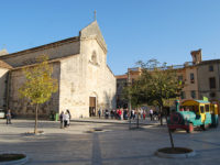 Besalú, piazza e chiesa di Sant Pere (foto: P. Ricciardi © Mondointasca.it)