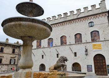 Assisi-fontana-dei-3-leoni-e-municipio
