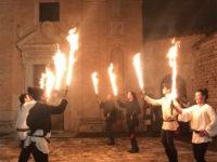 Assisi, rievocazione della storica danza delle spade di fuoco (foto: C. Guerriero © Mondointasca.it)