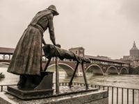 Pavia, Monumento alla Lavandaia (foto:©Matteo Marinelli ©Scilla Nascimbene Mondointasca.it)