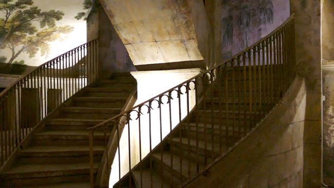 Chiesa Sant'Anna dei Lombardi, scala di accesso all'ipogeo